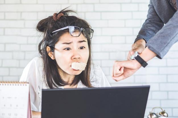 Beschäftigtes asiatisches weibliches workg stark unter druck vom chef