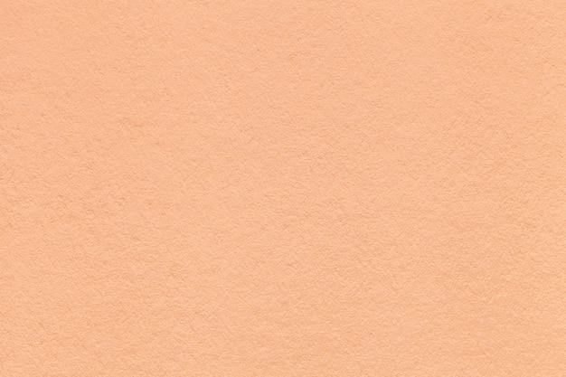 Beschaffenheit der alten hellen korallenroten papiernahaufnahme. struktur eines dichten kartons.