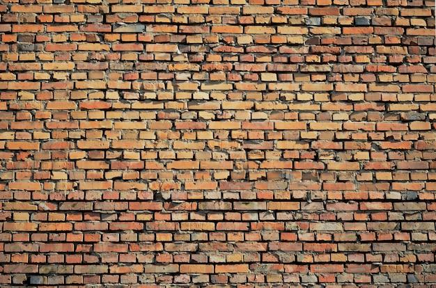 Beschaffenheit der alten wandoberfläche des roten backsteins mit zement und konkretem hintergrund