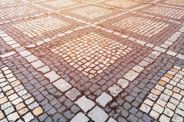 Beschaffenheit des alten deutschen kopfsteins in der stadt im stadtzentrum gelegen.