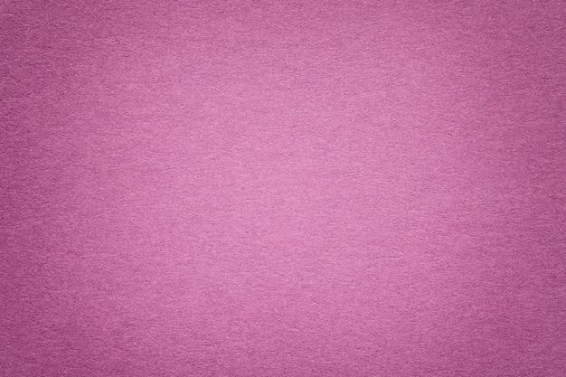 Beschaffenheit des alten purpurroten papierhintergrundes, nahaufnahme. struktur aus dichtem karton.