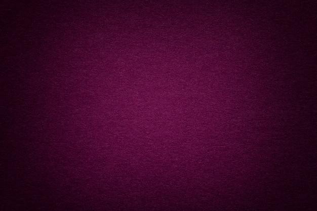 Beschaffenheit des alten purpurroten papierhintergrundes, nahaufnahme. struktur aus dichter pappe.