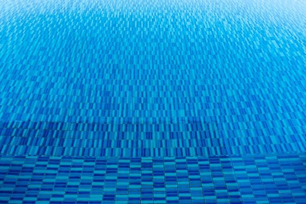 Beschaffenheit des blauen wassers im swimmingpool. reise- und sommerhintergrundkonzept.