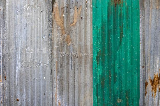Beschaffenheit des galvanisierten rosts der alten zinkoberfläche vom zaun