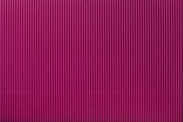 Beschaffenheit des gewölbten purpurroten papiers, makro. streifenmuster
