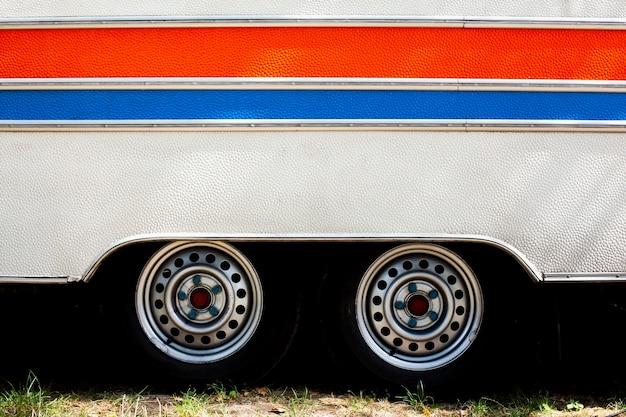 Beschaffenheit eines packwagenfahrzeugs mit horizontalen linien und rädern