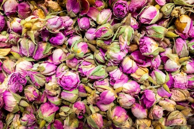 Beschaffenheit mit getrockneten rosafarbenen blumen des tees