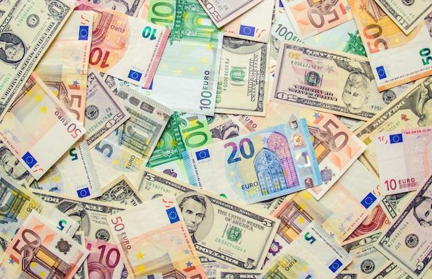 Beschaffenheit von banknoten und von tasse kaffee. geld.
