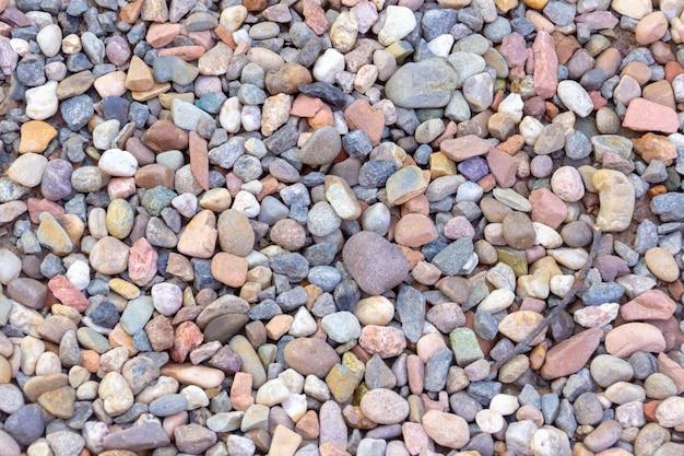 Beschaffenheit von farbigen steinen mit einem stück des zweigs in rio de janeiro.
