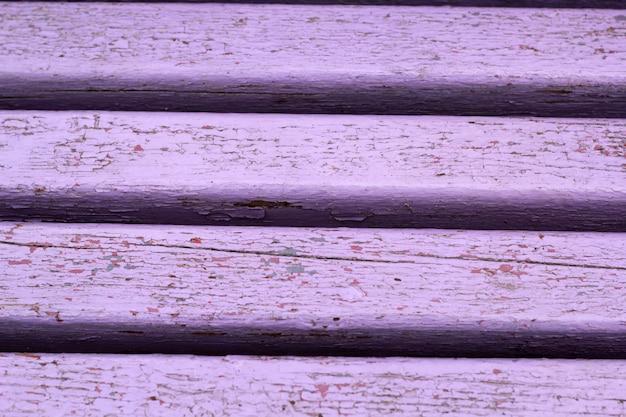 Beschaffenheit von hölzernen brettern mit abgenutzter lila pastellfarbe