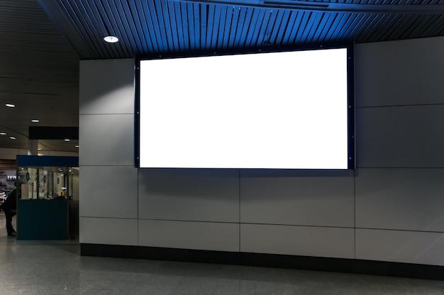 Beschaffung für das design zum einfügen der werbung in den bildschirm. große weiße leere anschlagtafel. werbeplakat an einem öffentlichen ort.