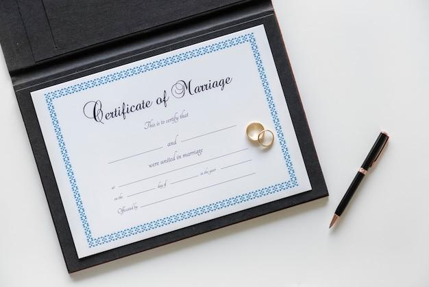 Bescheinigung des heiratsantrags isoliert auf weiß