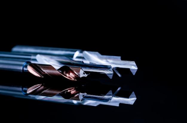Beschichtetes stufenbohr- und reibahlen-detail. hartmetall-schneidwerkzeug für industrielle anwendungen.