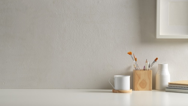 Beschnittene aufnahme des arbeitsbereichs im home-office-raum mit kopierraum, zubehör, tasse und dekorationen