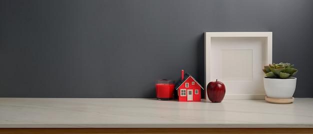 Beschnittene aufnahme des arbeitsbereichs mit modellrahmen, dekoration und kopiertempo im arbeitszimmer zu hause