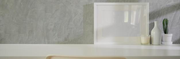 Beschnittene aufnahme des minimalen arbeitsbereichs mit modellrahmen, dekorationen und kopierraum