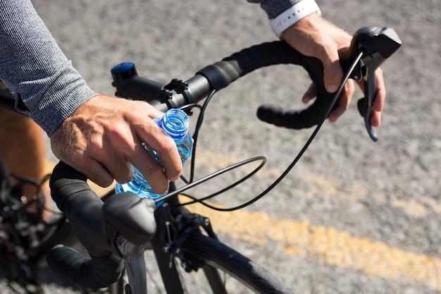 Beschnittene hand des athleten, der rad fährt