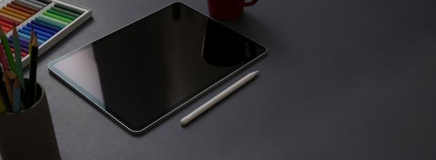 Beschnittener schuss des dunklen konzeptschreibtischs mit digitalem tablett, stift, designerbedarf und kopierraum