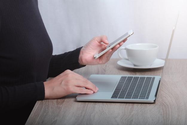 Beschnittenes bild der geschäftsfrau, die am computer arbeitet.