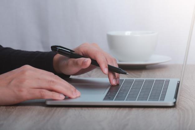 Beschnittenes bild der männlichen hände, die am computer arbeiten. hausisolationskonzept.