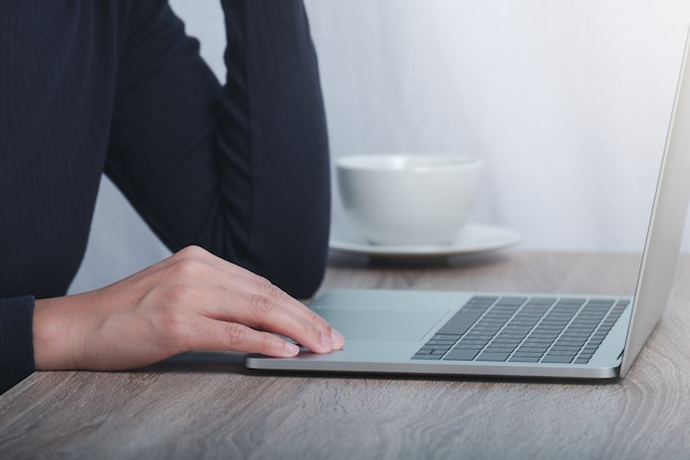 Beschnittenes bild der männlichen hand, die am computer arbeitet.