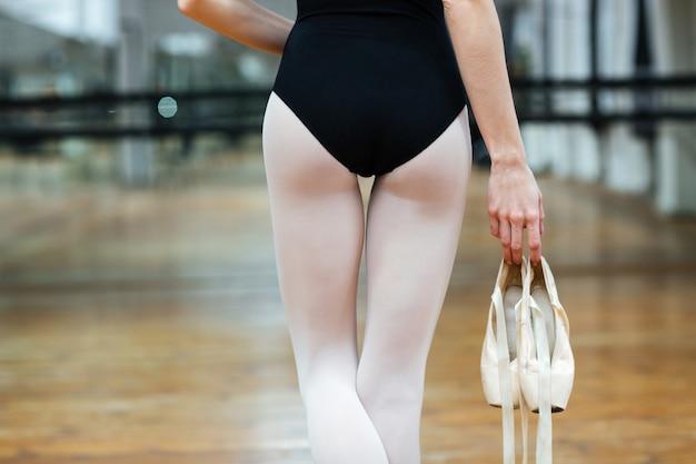 Beschnittenes bild einer ballerina ins studio