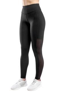 Beschnittenes bild einer weiblichen figur in der engen schwarzen sportbekleidung, lokalisierter weißer hintergrund. vertikale ansicht.