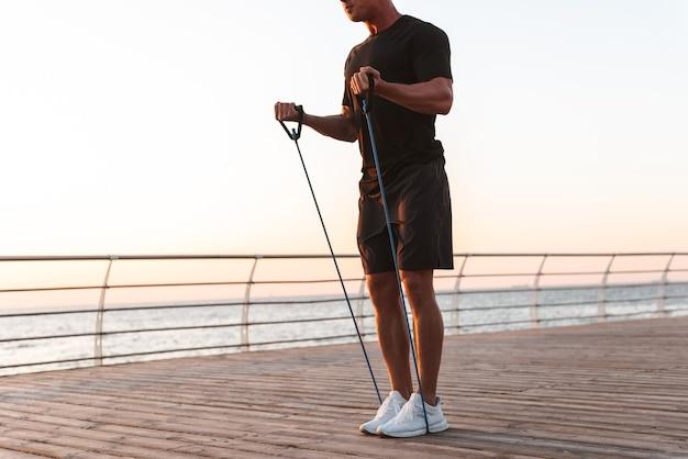 Beschnittenes bild eines fitten sportlers, der übungen macht