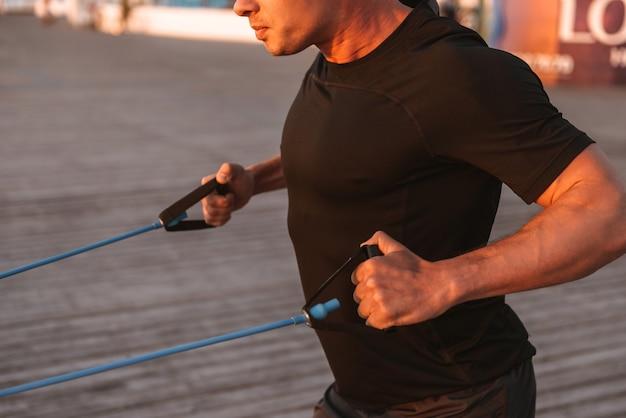 Beschnittenes bild eines muskulösen sportlers