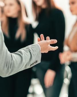 Beschnittenes bild eines sprechers, der eine präsentation auf einem seminar macht. wirtschaft und bildung
