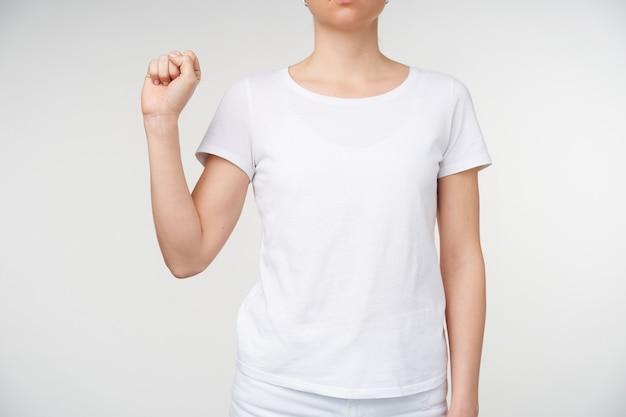 Beschnittenes foto der hand der jungen frau, die angehoben wird, während buchstaben s auf gebärdensprache, lokalisiert über weißem hintergrund shwoing. handgesten von menschen mit hörbehinderung
