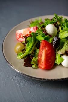Beschnittenes foto des frischen salats des frühlingsvitamins, des restaurantlebensmittels, des konzepts der gesunden mahlzeit zu hause