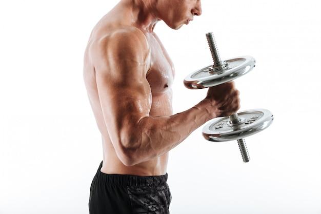 Beschnittenes foto des verschwitzten bodybuilders, der hantel anhebt