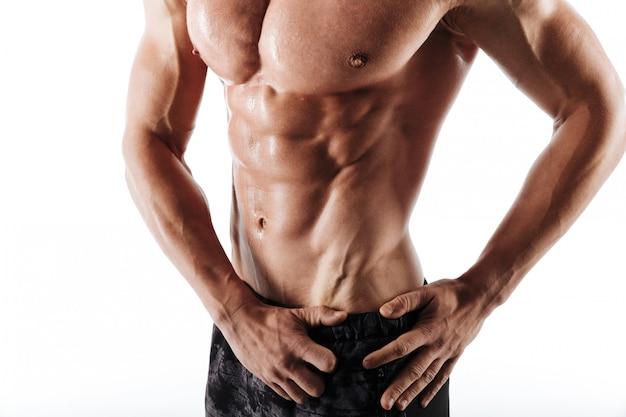 Beschnittenes foto des verschwitzten torsos des mannes