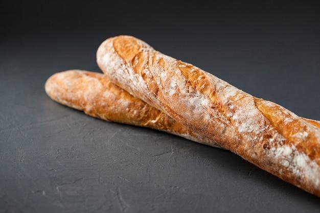 Beschnittenes foto von zwei französischen baguettes