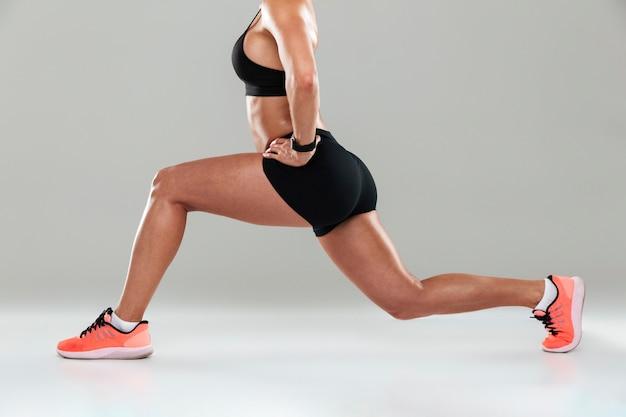 Beschnittenes seitenansichtbild einer jungen fitnessfrau
