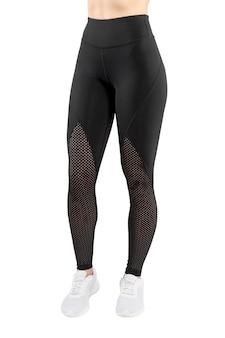 Beschnittenes vorderes bild einer weiblichen figur in engen schwarzen leggings, lokalisierter weißer hintergrund. vertikale ansicht.