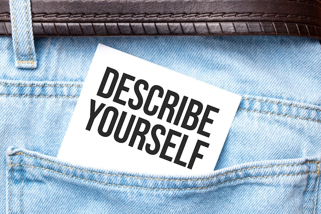Beschreiben sie sich selbst wörter auf einem weißen papier, das aus der jeanstasche ragt unternehmenskonzept.