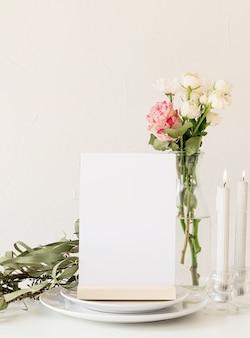Beschriften sie den leeren menürahmen im bar-restaurant, stehen sie für broschüren mit weißem papier, plastikzeltkarte auf dem restauranttisch