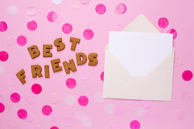 Beschriftet plätzchen beste freunde mit karte und konfettis auf rosa