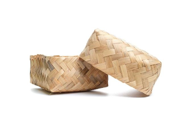 Besek ist ein traditioneller ort oder behälter aus geflochtenem bambus in form eines rechtecks, der zum aufbewahren von lebensmitteln und anderem dient