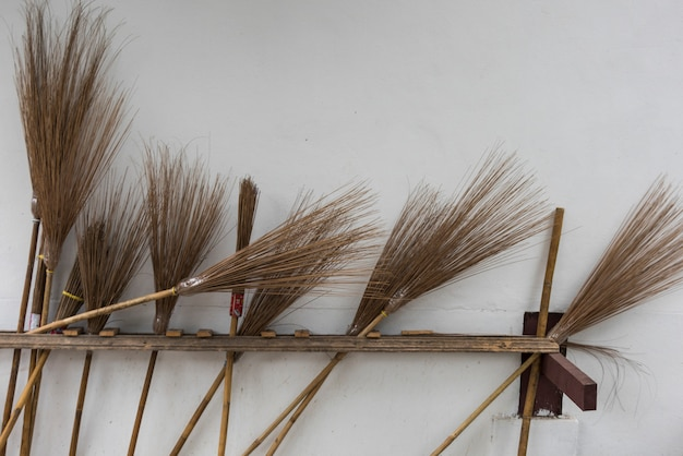 Besen gegen wand im tempel, luang prabang, laos
