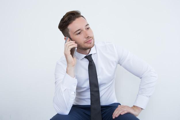 Besetzt männlichen manager kommunizieren am telefon