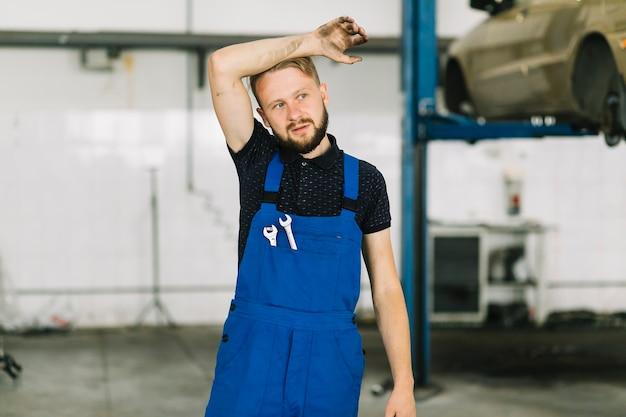 Besetzter mechaniker in der garage
