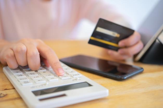 Besitzer sitzen auf der jährlichen steuerberechnung armbänder vom umsatz