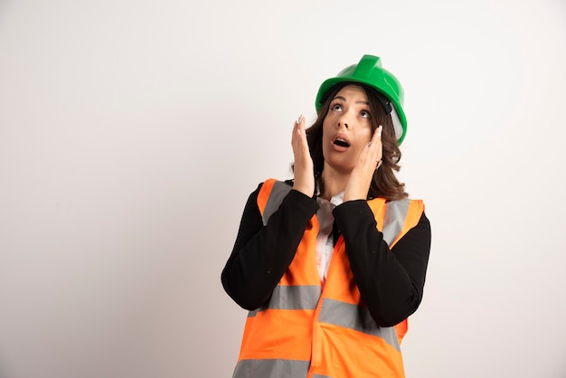 Besorgte arbeiterin, die nach oben schaut