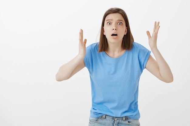 Besorgte und ängstliche frauen, die nach luft schnappen, reagieren auf eine schreckliche, schlimme situation