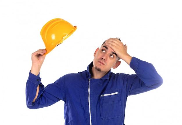 Besorgter bauarbeiter mit gelbem sturzhelm
