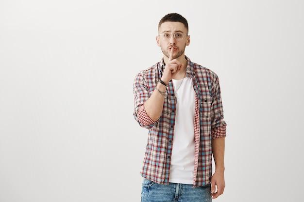 Besorgter junger mann posiert