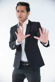 Besorgter manager, der die hände hebt, um konflikte zu vermeiden